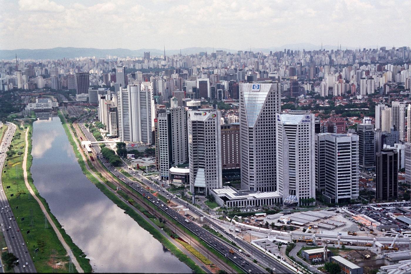 Orizontul orașului este o îmbinare armonioasă între vechi și nou