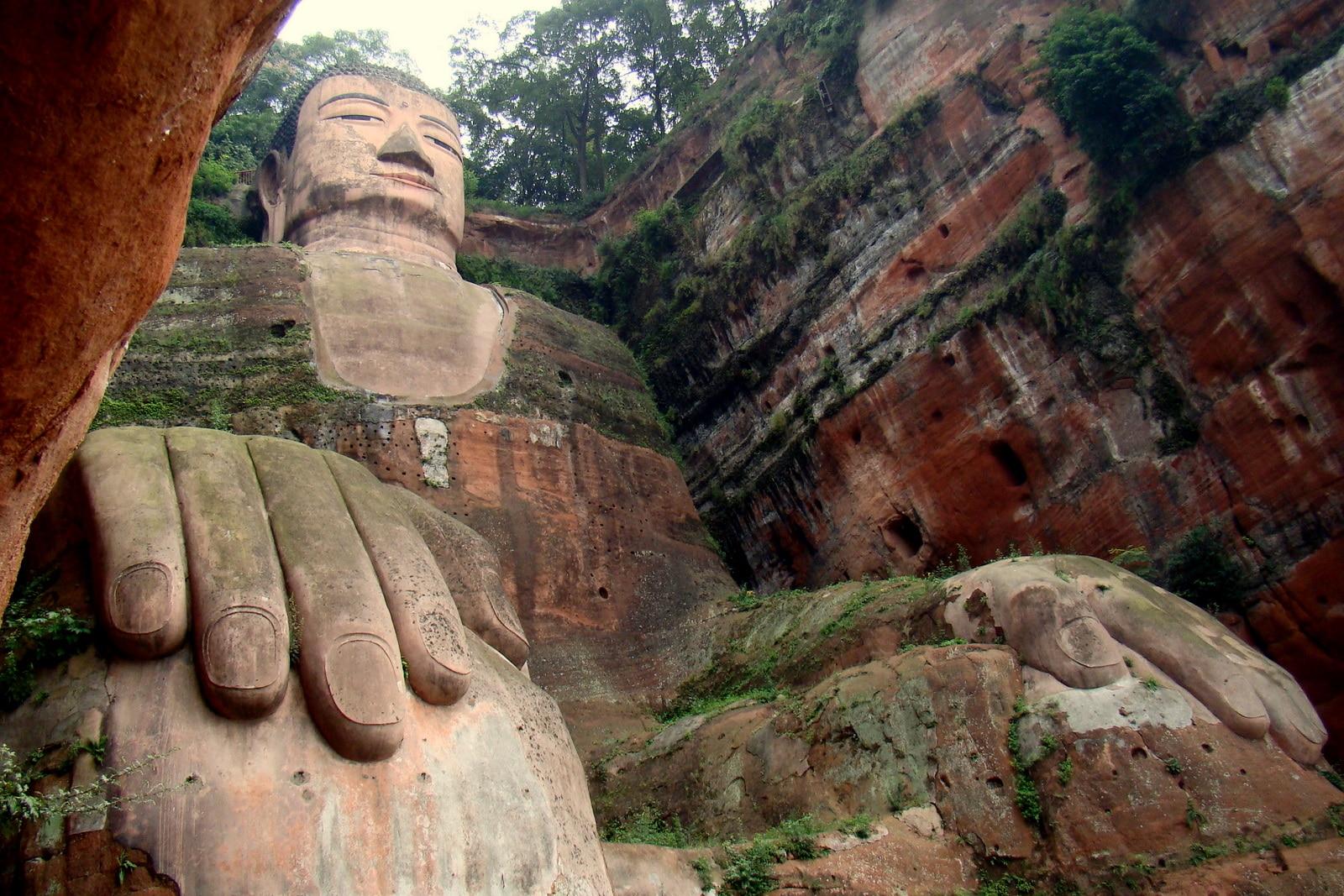 Pe unghia statuii poate sta lejer o persoană adultă