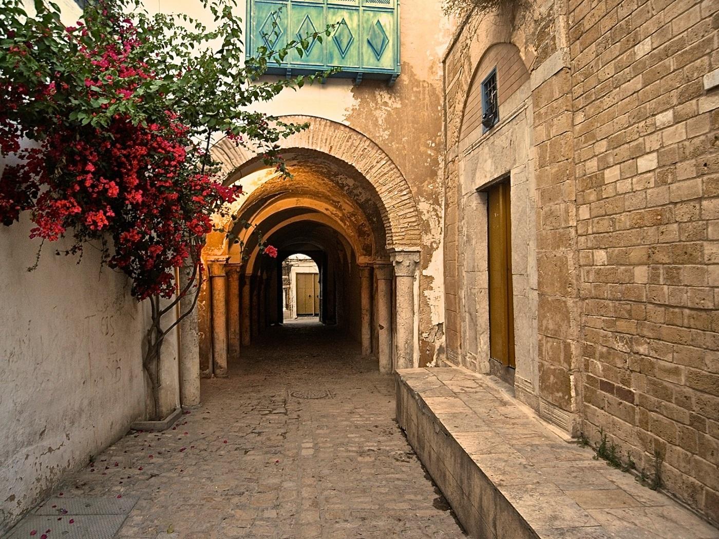 Străduțele înguste și pietruite sunt specifice Orașului Vechi
