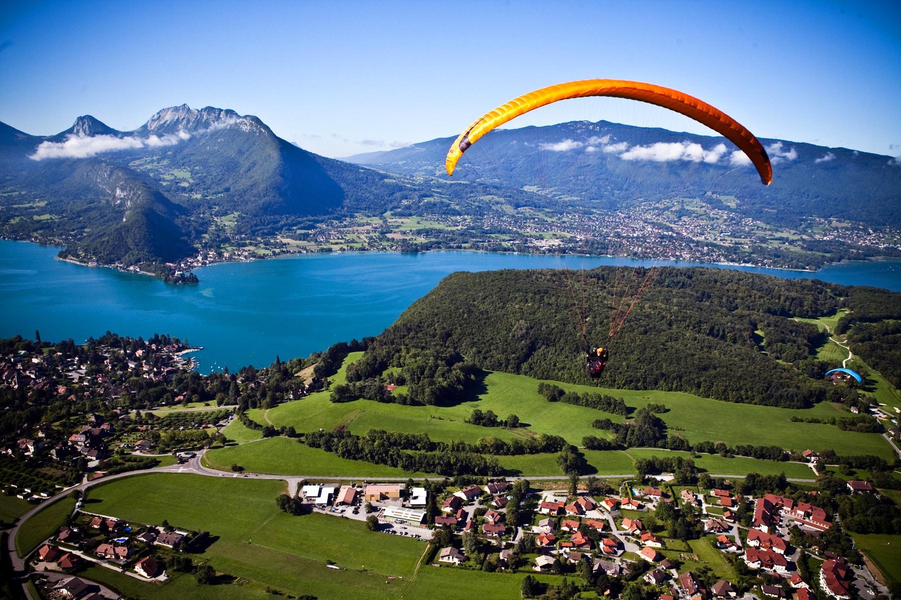 Turiștii pot opta chiar și pentru un zbor deasupra orașului