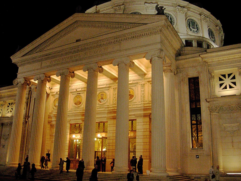 Intrarea principală, dominată de existența celor 6 coloane