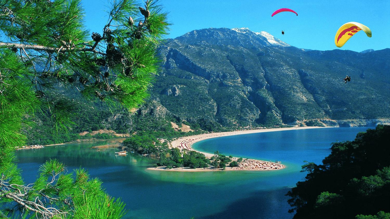 Laguna Albastră, mare, munte, plajă, toate într-un singur loc