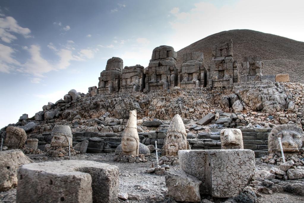 Muntele Nemrut este dominat de prezența unicelor structuri