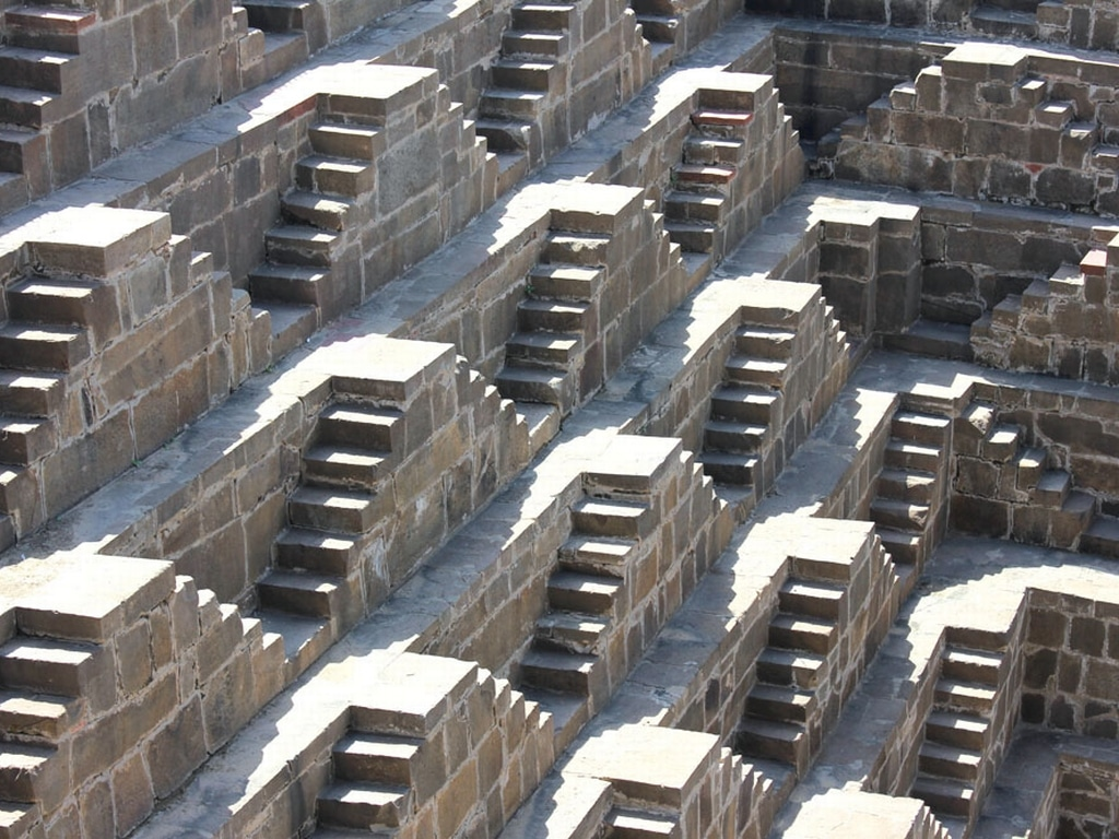Treptele din piatră nu prezintă semne de uzură, deși construcția este mai veche de 1000 de ani
