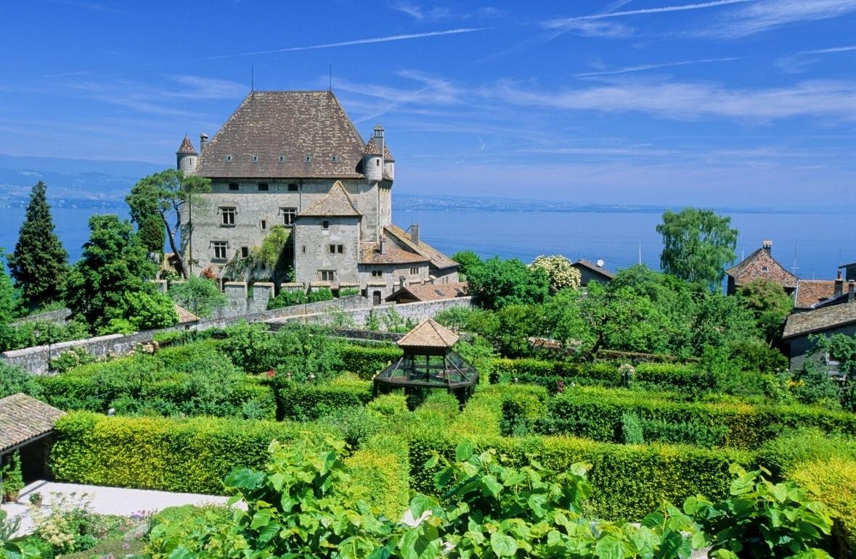 Castelul este cea mai impozantă construcție din zonă