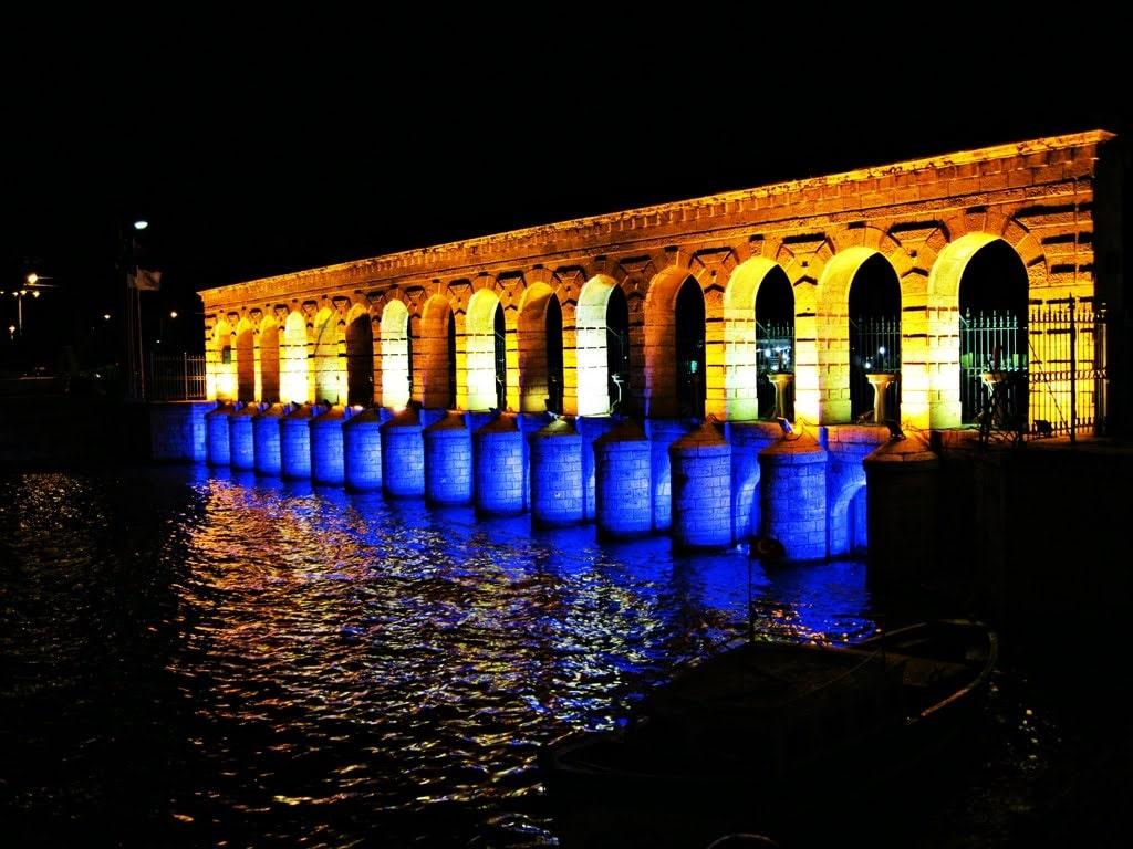 Cele mai importante structuri din oraș sunt frumos iluminate noaptea
