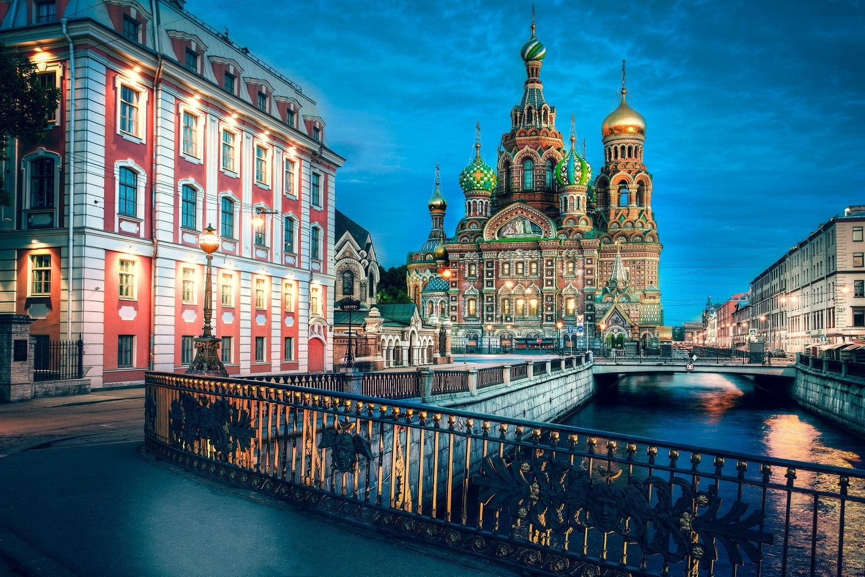 Edificiul este localizat chiar pe malul canalului Griboedov