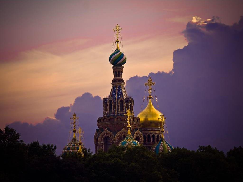 Lăcașul de cult este vizibil din mai multe puncte ale orașuluiLăcașul de cult este vizibil din mai multe puncte ale orașului