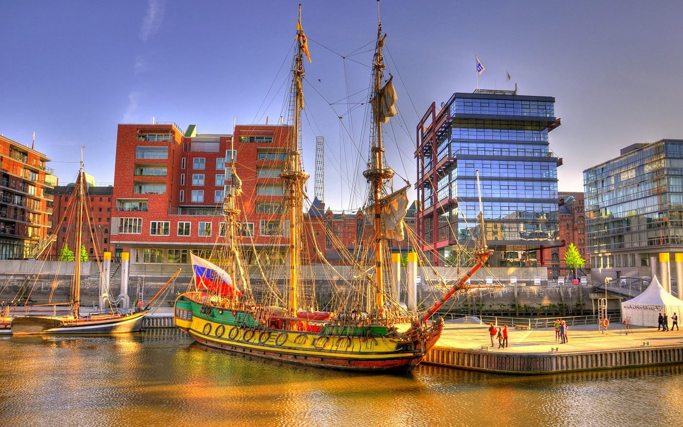 Portul orașului este de o importanță majoră