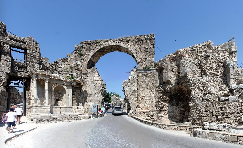 Străzile orașului sunt dominate de existența monumentelor romane