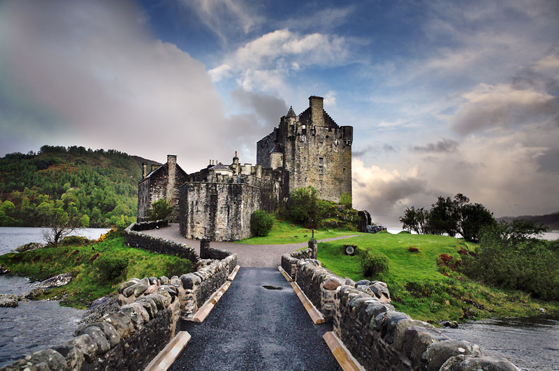 Un pod din piatră te conduce spre intrarea în castel