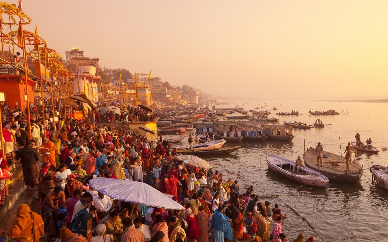 Apele fluviului, venerate de milioane de hinduşi de pretutindeni