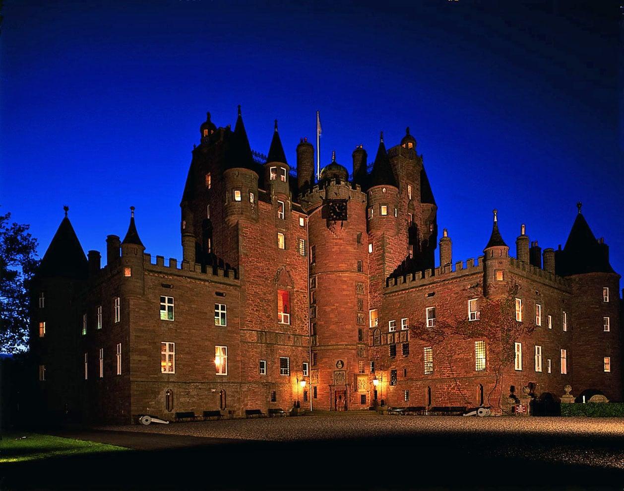 Castelul este iluminat în timpul nopţii