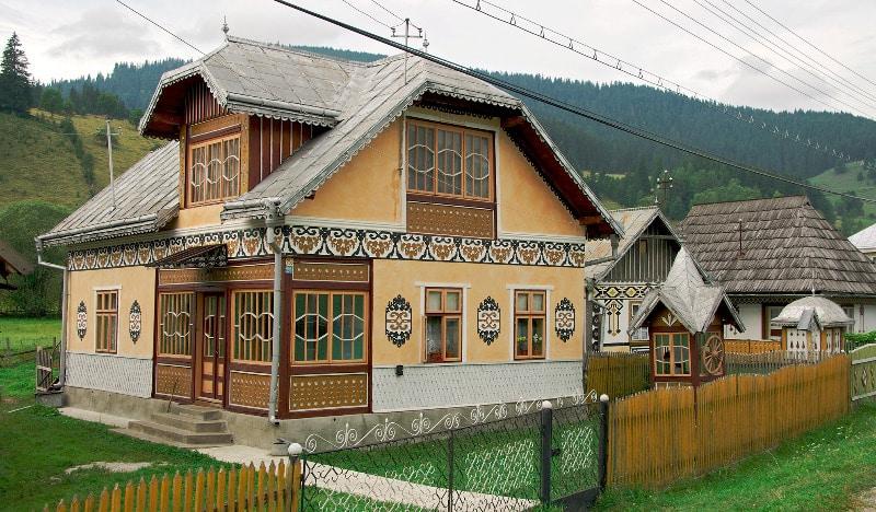 Chiar şi casele din sat sunt adevărate opere de artă