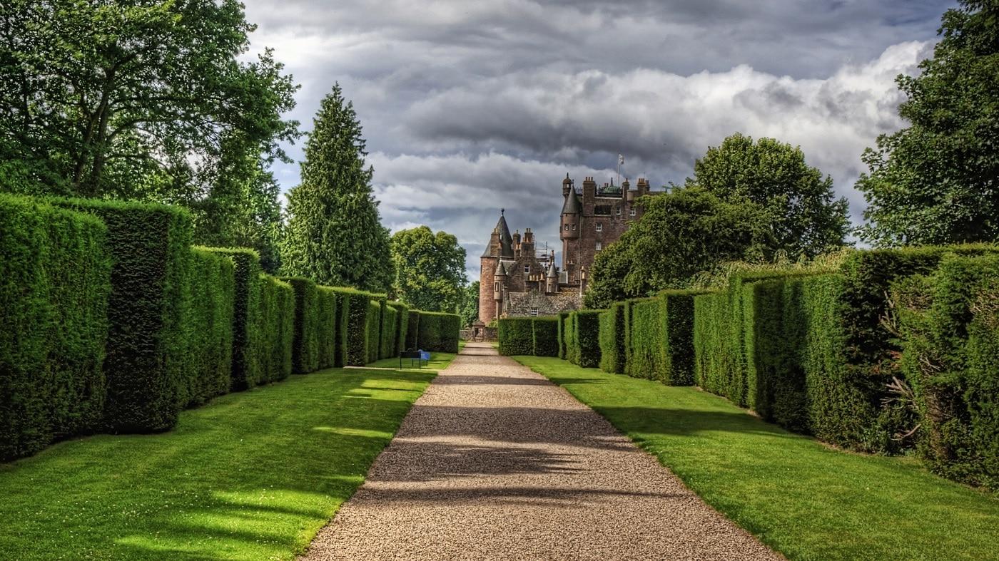 Grădinile şi aleile înverzite completează perfect frumuseţea castelului