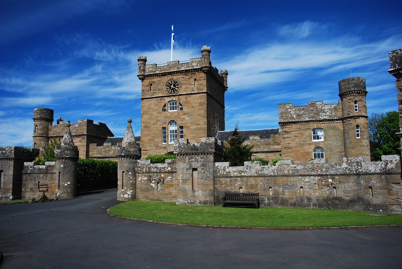 Intrarea principală în castel, ușor neobișnuită față de altele