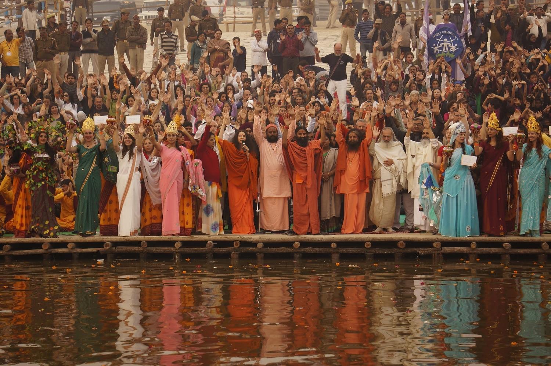 Milioane de hinduşi venerează apele fluviului