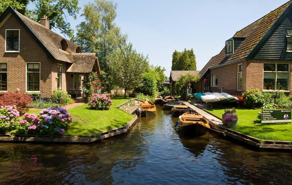 Puţin peste 2600 de locuitori trăiesc în satul olandez