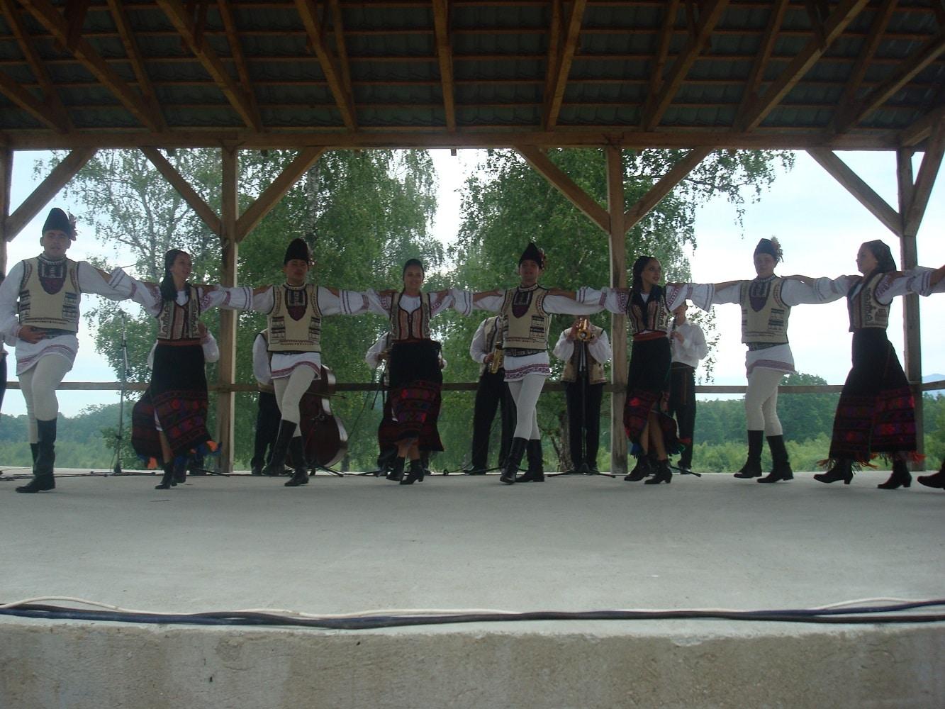 Tineri jucând o horă transilveneană în cadrul Festivalului Narciselor