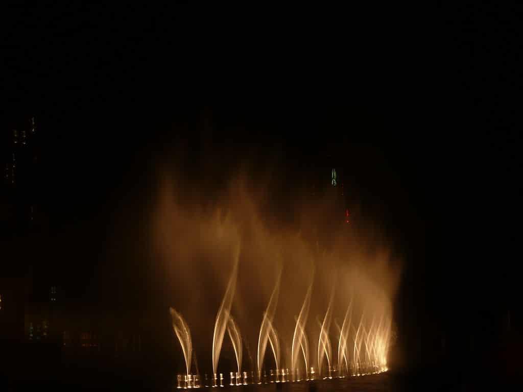 """Fântâna din Dubai performând """"Bassbor Al Fourgakom"""""""