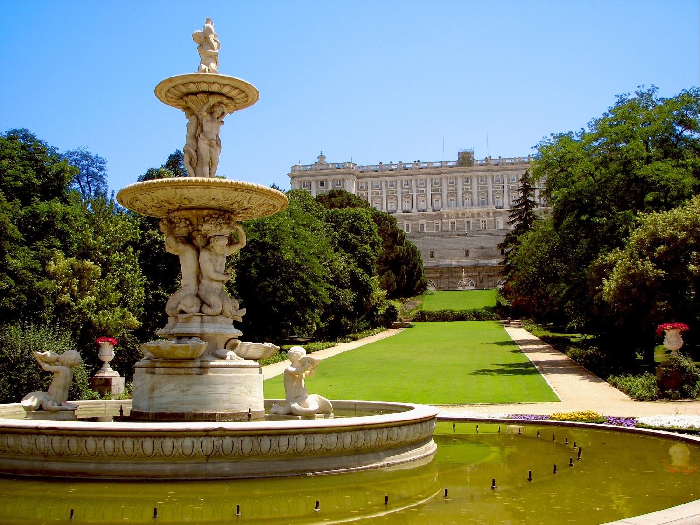 Fântânile arteziene din jur evidenţiază frumuseţea palatului
