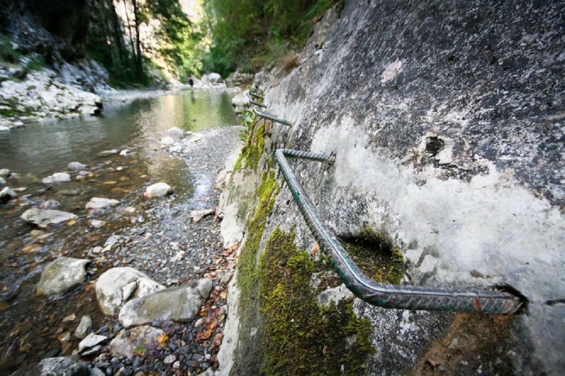 Pereții abrupți ai munților - parte a traseului din Cheile Râmețului