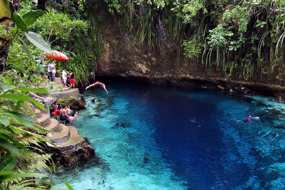 Turiști bucurându-se de apele râului