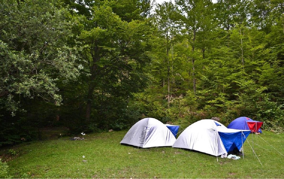 Zona de camping special amenajată pentru turiști în Cheile Râmețului