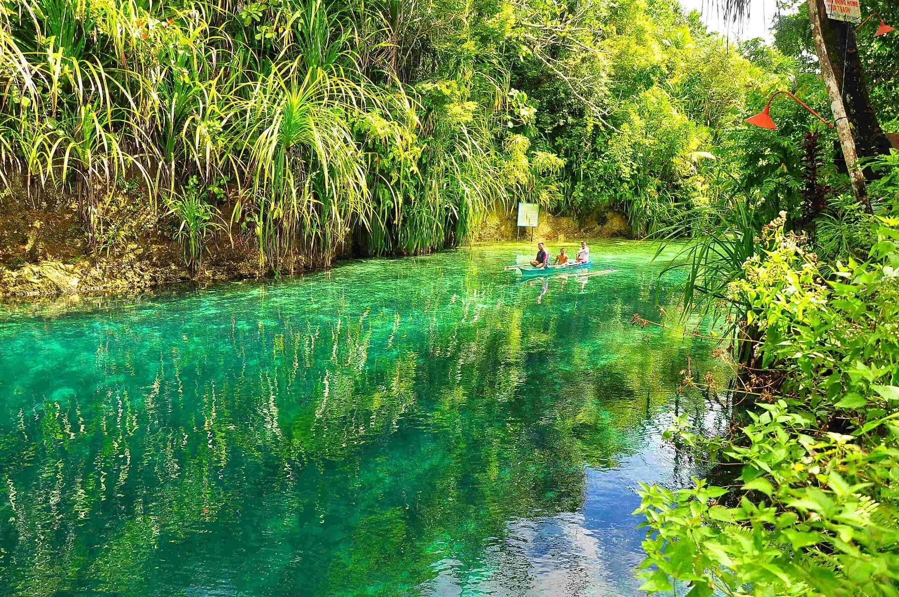 Nuanțe vibrante ale apei Râului Hinatuan