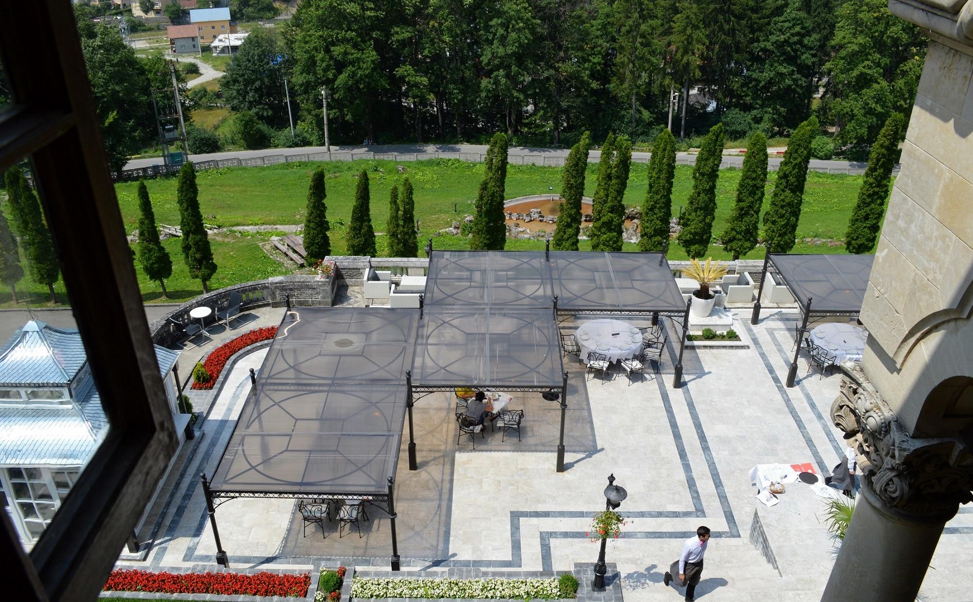 Curtea spectaculoasă a Castelului Cantacuzino