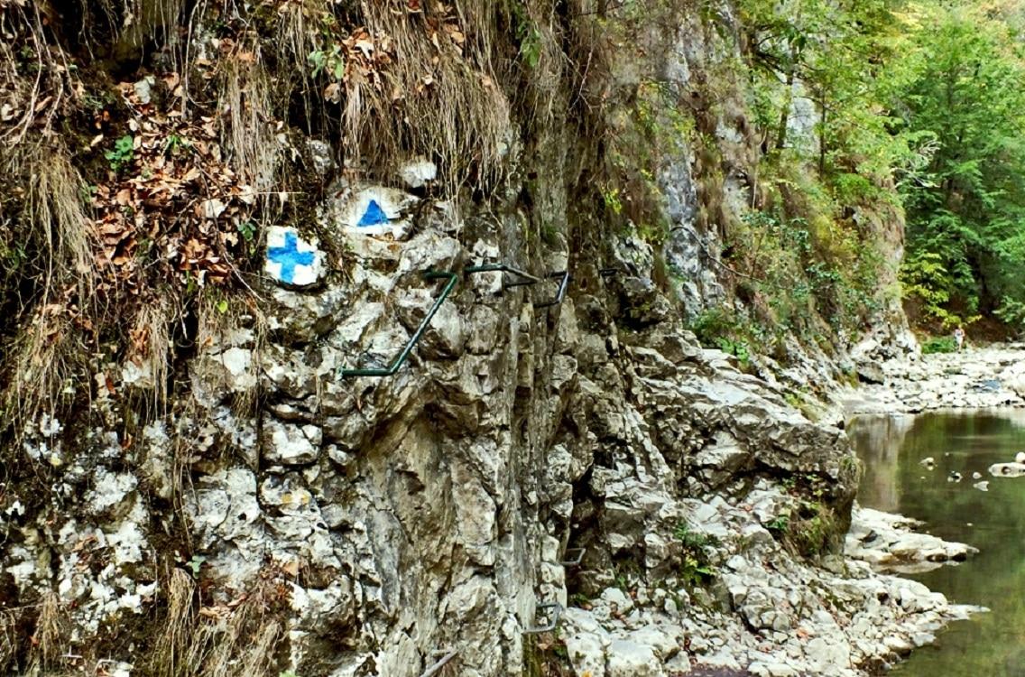 Traseul din Cheile Râmețului este marcat cu indicatoare albastre