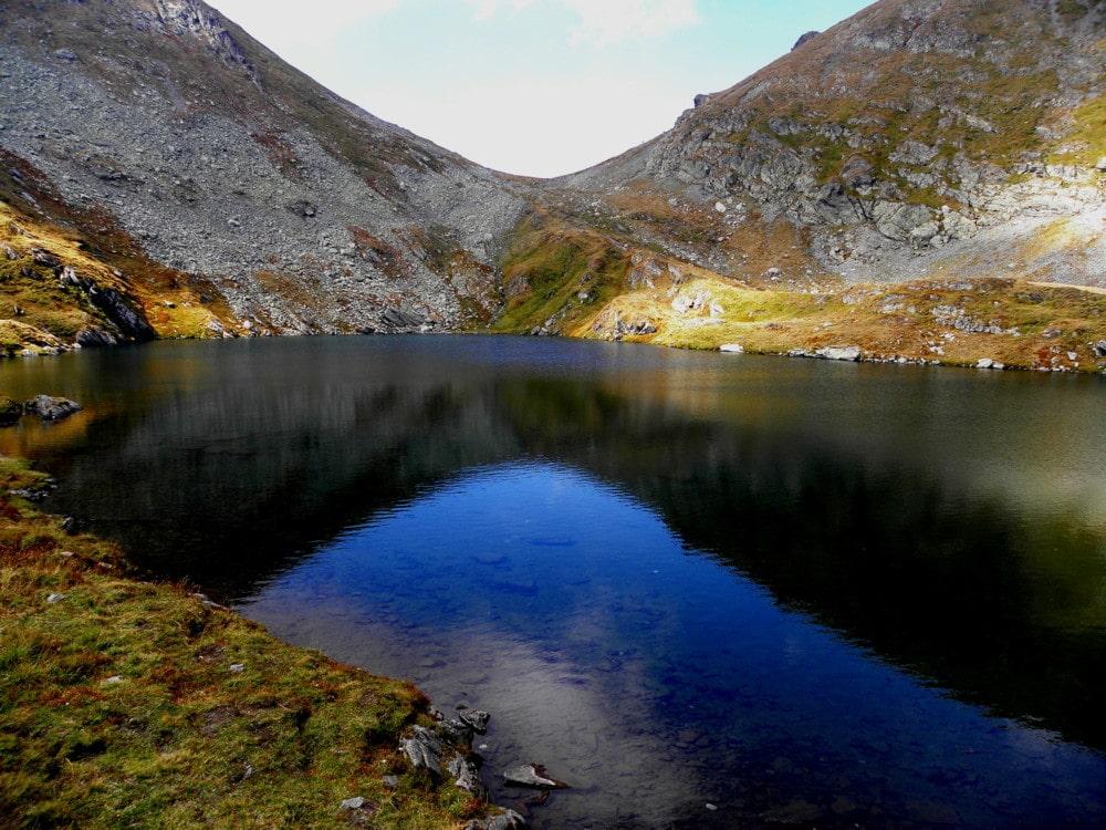 Apele de un albastru ireal alcătuiesc unul dintre cele mai importante lacuri piscicole