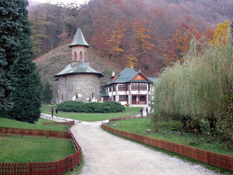 După un drum de 3 kilometri, credincioşii ajung la mănăstire