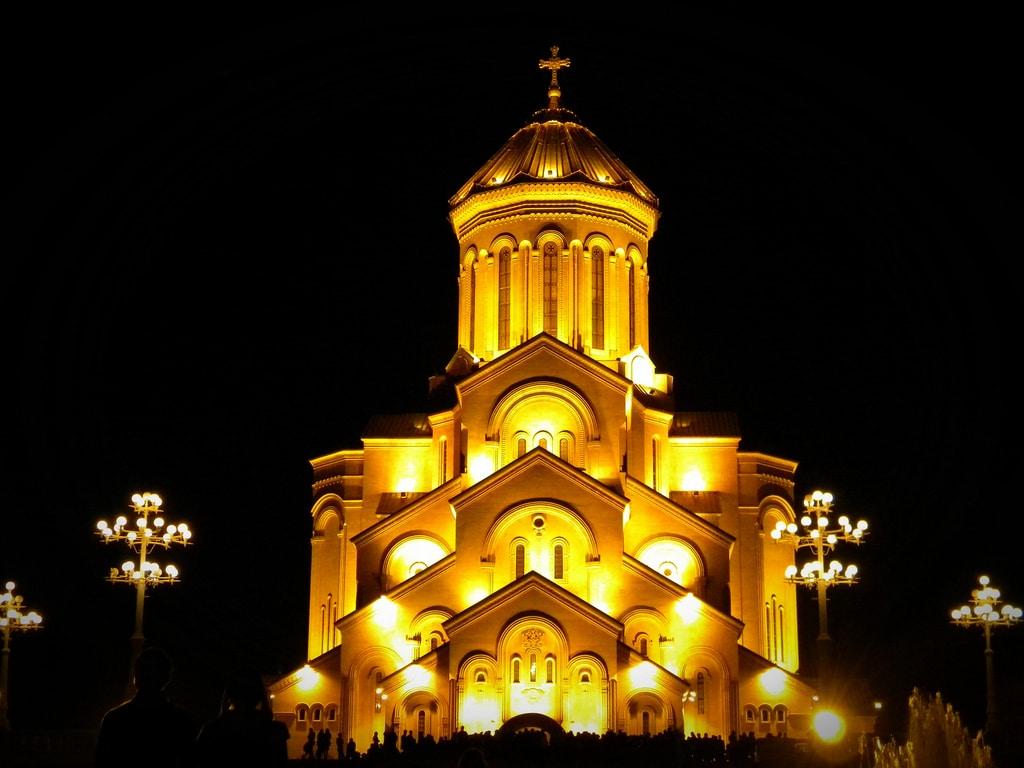 Edificiul este iluminat pe timpul nopţii