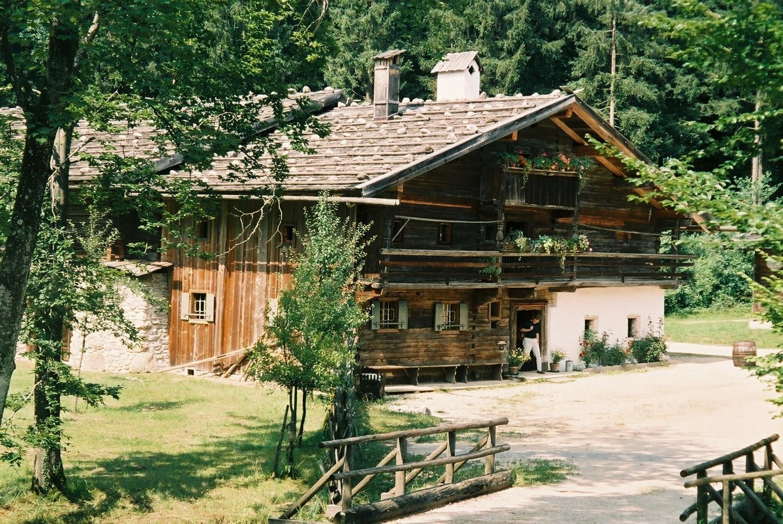 Expoziţia de case tradiţionale din muzeul în aer liber