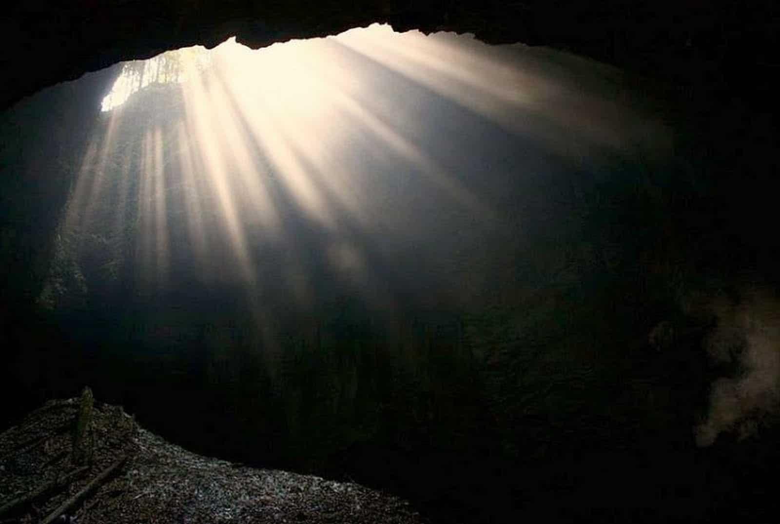 Lumina pătrunde cu generozitate în interiorul peşterii