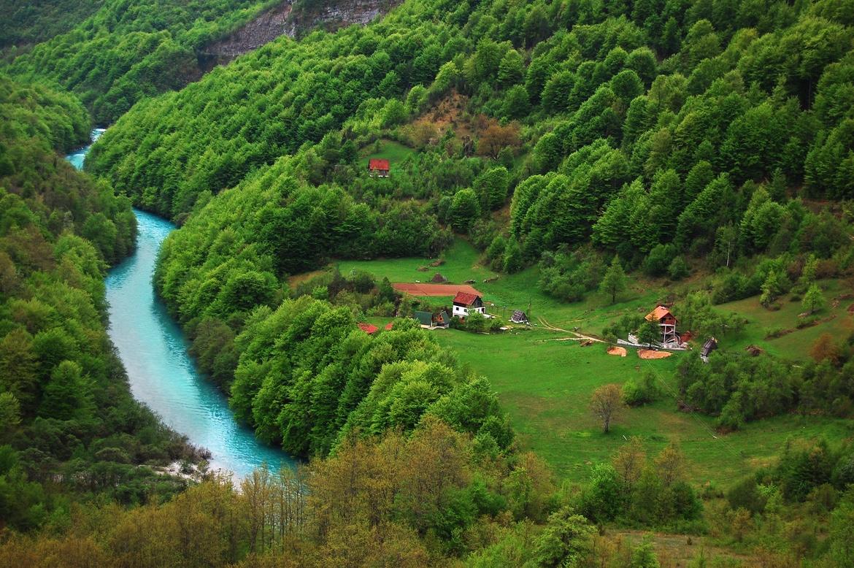Mici case de vacanţă şi locuri de cazare sunt amplasate chiar pe malul râului