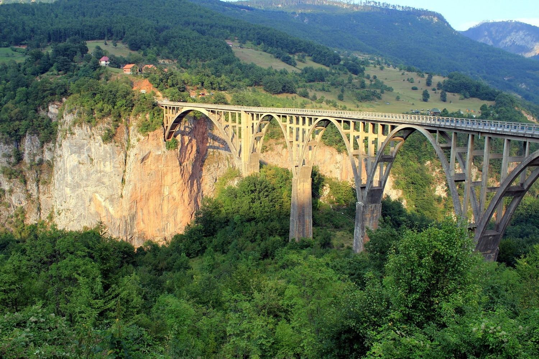 Podul ce trece peste râu