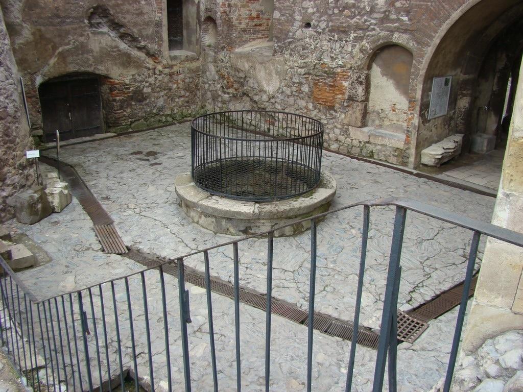 Fântâna din curtea Castelului Corvinilor