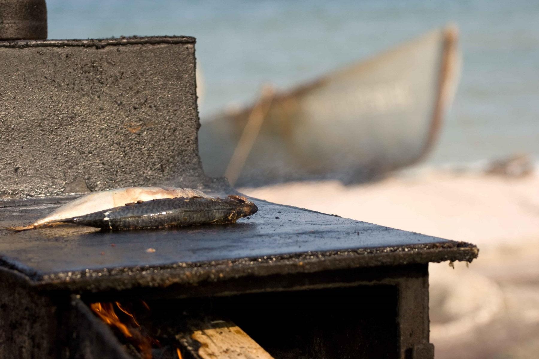 Pește proaspăt făcut la grătar pe plajă