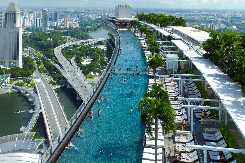 Piscină exclusivistă pe acoperișul unui resort din Singapore