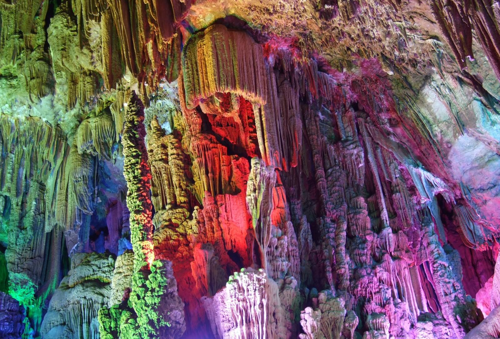 Spectacol de culoare în Peștera Curcubeu, China