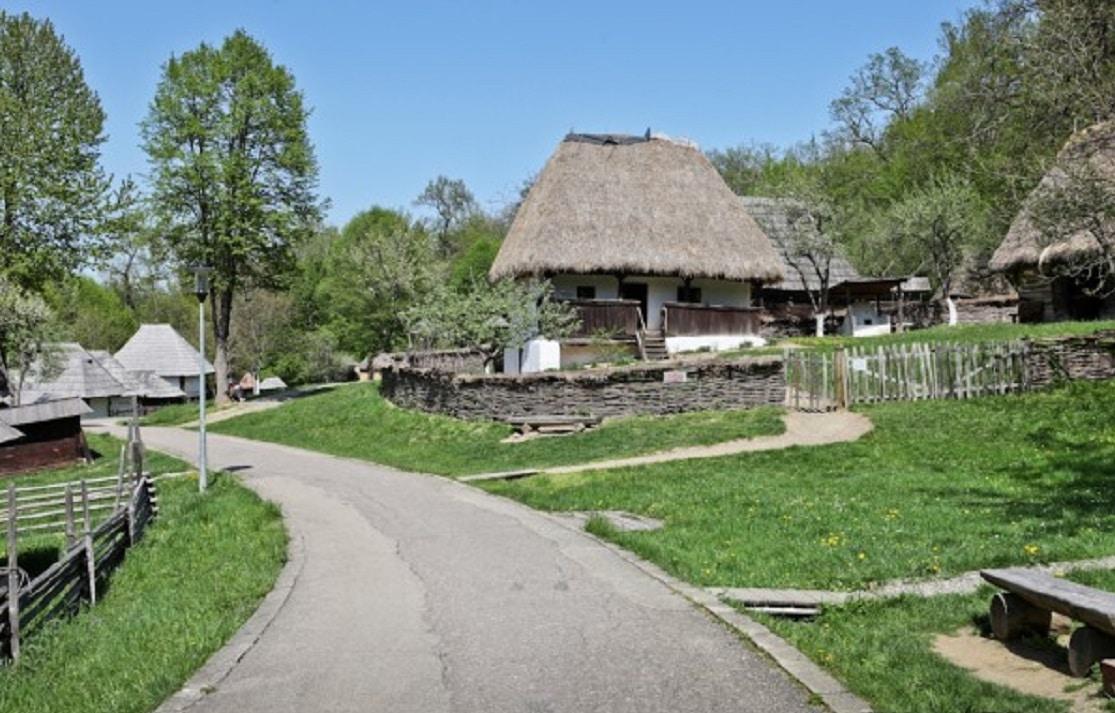 Casă tradițională cu acoperiș de paie