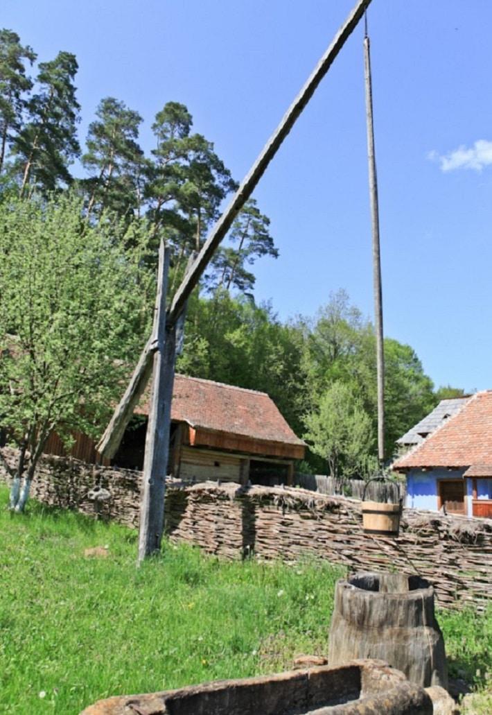 Gospodărie tradițională din cadrul muzeului în aer liber