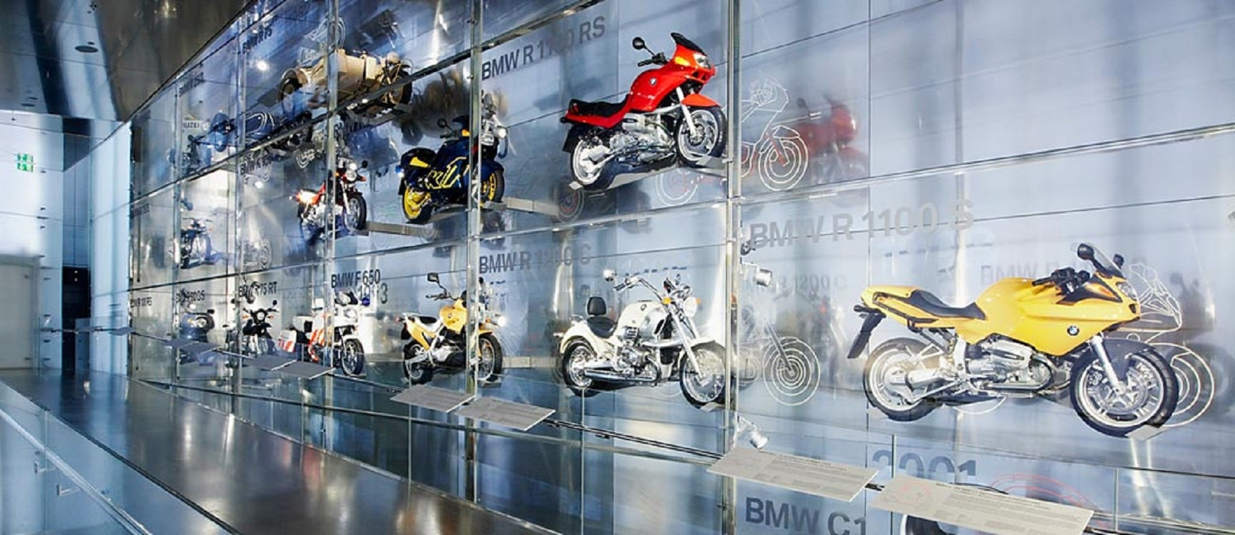 Motociclete expuse vertical